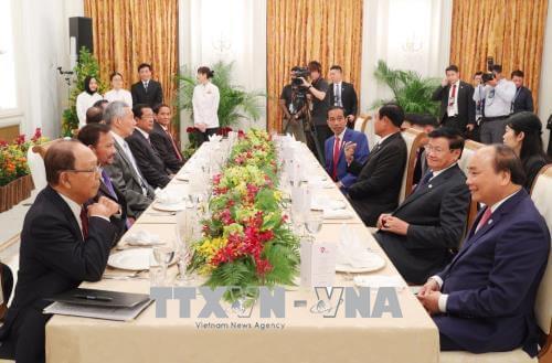 Thủ tướng Nguyễn Xuân Phúc và các trưởng đoàn trước khi dự phiên họp toàn thể Hội nghị Cấp cao ASEAN lần thứ 32