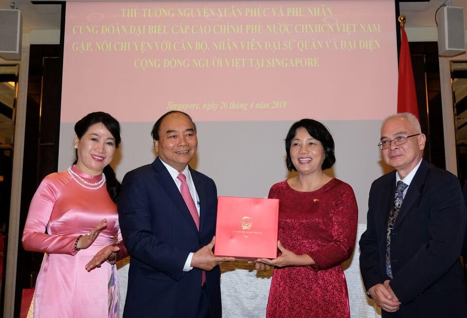 Thủ tướng tặng quà cho Đại sứ quán Việt Nam tại Singapore.