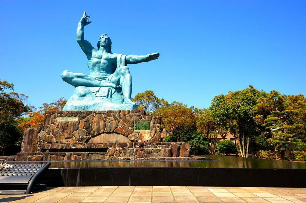 Bức tượng thạch cao hiện lên tại công viên Hòa Bình mang đầy ý nghĩa nhân văn.