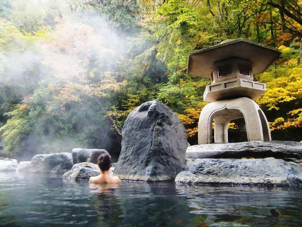 Trải nghiệm tắm Onsen là điều mà du khách nên trãi nghiệm khi đến Nhật Bản
