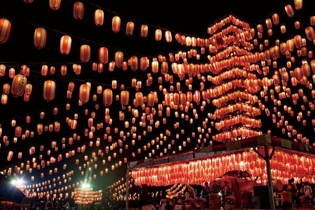 Những chiếc đèn lồng rực rỡ được treo lên trong lễ hội Obon.