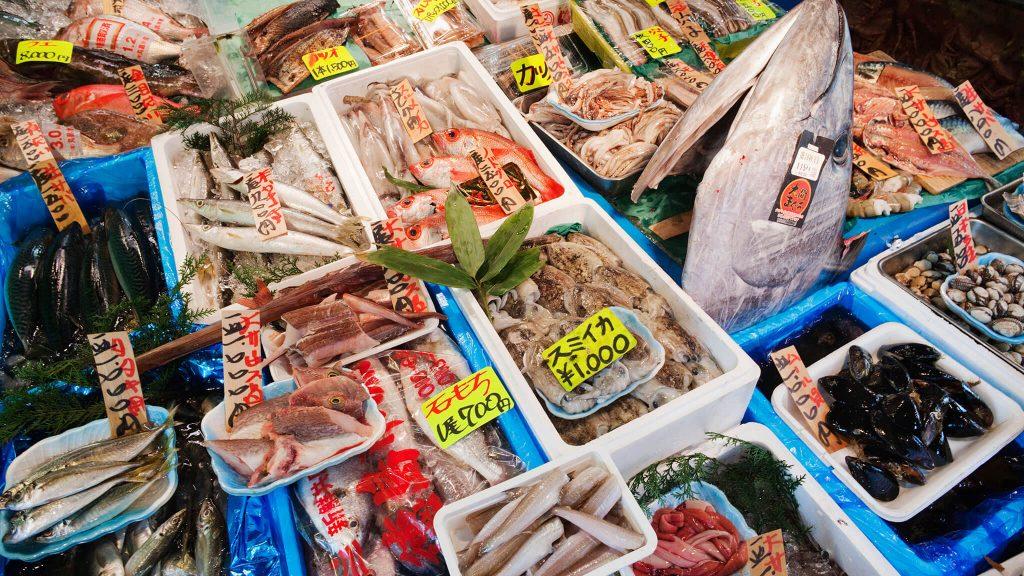 Khu bán Sushi trong chợ cá Tsukiji.