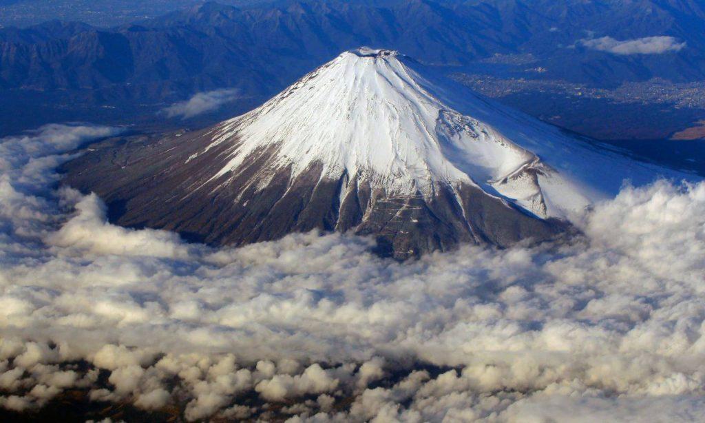 Ngọn núi Phú Sĩ hiện lên hùng vĩ từ góc nhìn ở hồ Yamanaka