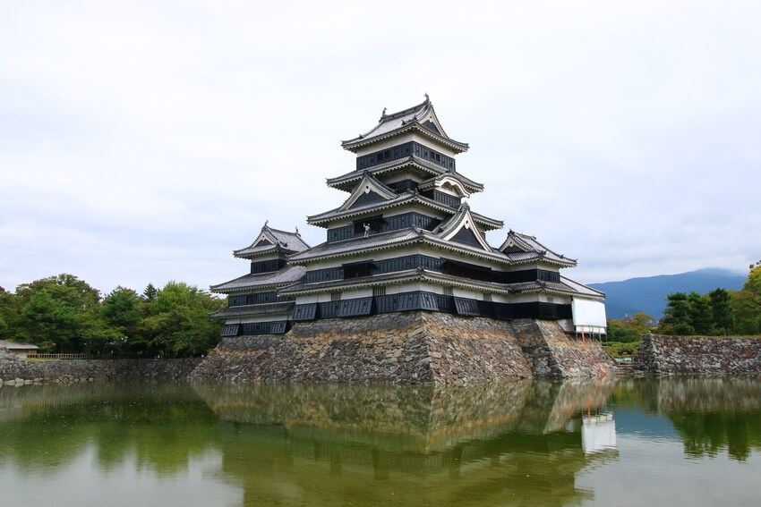 Thành Matsumoto nhuốm màu lá phong